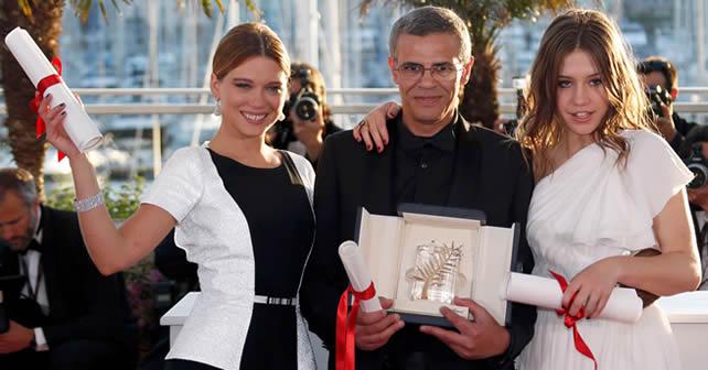 Director Abdellatif Kechiche posa con las actrices Lea Seydoux y Adele Exarchopoulos después de recibir el La Palma de Oro.  Foto REUTERS/Regis Duvignau