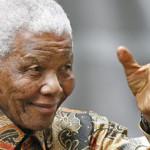"""""""Recupérate pronto"""", reza la multitud por la salud de Mandela"""