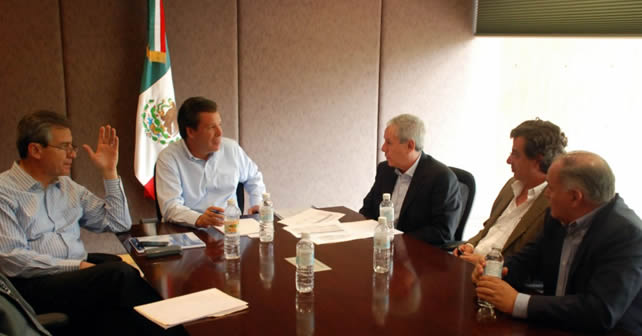 Gobernador Miguel Márquez Márquez  yempresarios de las Cámara Nacional de la Industria del Vestido Delegación Guanajuato