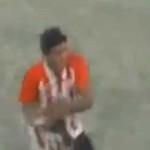 Futbolista argentino maltrata a perro (video)