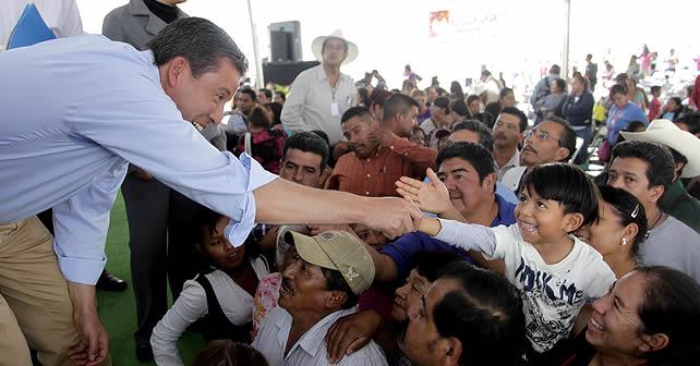 Gobernador del Estado de Guanjuato Miguel Márquez en entrega de escrituras en Irapuato.