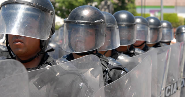 Photo of Lanzan gases y evitan manifestaciones