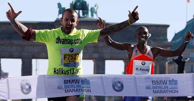 Photo of Espontáneo roba momento en la meta del maratón de Berlín (video)