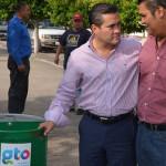 Jacobo mejora su comunidad: entrega botes de basura en Brillante de Miramar