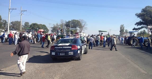 Photo of Campesinos toman carretera federal 90 Irapuato-La Piedad