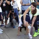 Nadia Comaneci visita primaria en Acapulco; deja un mensaje de éxito