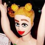 """Miley Cyrus celebra su """"cumple"""" con pastel al desnudo"""
