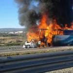 Autobús calcinado en un choque carretero: se reportan más de 30 muertos