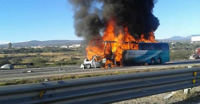 Photo of Autobús calcinado en un choque carretero: se reportan más de 30 muertos