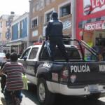 Policía choca y es rescatado a punta de pistola por sus compañeros