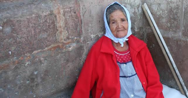A sus 81 años de edad, María de la Luz refleja fortaleza física y un gran devoción a la Virgen