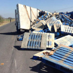 Vuelca camión cargado con tarimas en Cuerámaro (video)