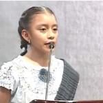 Niña indígena ofrece un discurso sobre valores morales