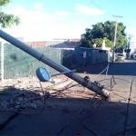 Urbano se estrella contra un poste de luz; una lesionada