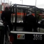 Policía arresta a niña por golpear la puerta de un banco