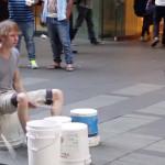 Baterista callejero con un ritmo impresionante