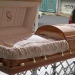 Elementos del Ejército se llevan de la funeraria el cadáver de un líder templario