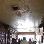 Locatarios del Mercado Hidalgo trabajan bajo goteras