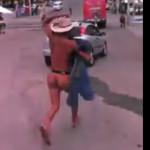 """Cachan a """"Sancho"""" y lo persiguen desnudo por la calle (video)"""