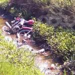 Cae motociclista a canal de riego de La Potosina y muere