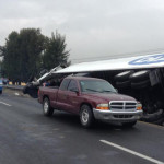 Muere mujer arrollada y vuelca camión cerrando parcialmente carretera