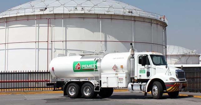 """Photo of La PGR detiene a 4 empleados de Pemex que """"ordeñaban"""" un ducto en Celaya"""