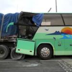 Choca autobús contra tracto camión; un muerto