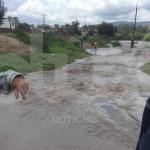 """Poblados en riesgo por """"desfogue"""" de presa; más de cien hectáreas anegadas y caminos dañados"""