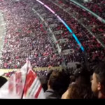 Avióncito de papel golpea la cabeza de jugador peruano