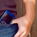 Traer el celular en el pantalón afecta a los espermatozoides, alertan los científicos