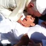 El Papa Francisco detiene su auto para saludar a un joven enfermo