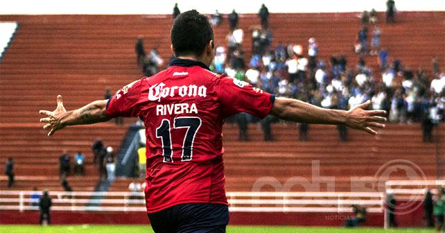 José Rivera con doble anotación por El Irapuato. Foto: Arturo Velázquez