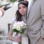 Llega al altar a los once años, del brazo de su padre