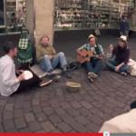 Tres músicos solidarios sorprenden a vagabundo