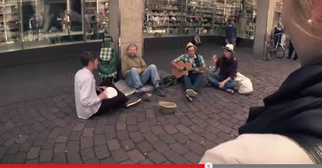 Photo of Tres músicos solidarios sorprenden a vagabundo