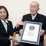 ¡Viejos los cerros!, reconocen a japonés por sus 111 años de vida