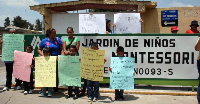 Amigos y padres de familia se manifiestan a favor de la maestra Karla acusada de golpear a un niño. Foto: Sara Garibaldi