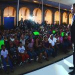 Sixto presenta magna obra en medio de manifestaciones