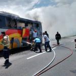 """Seis """"intoxicados"""" entre ellos una mujer embarazada, en incendio de camión de pasajeros"""