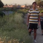 """""""Nosotros somos unos cochinos""""; adolescente lanzando llantas al río Guanajuato"""