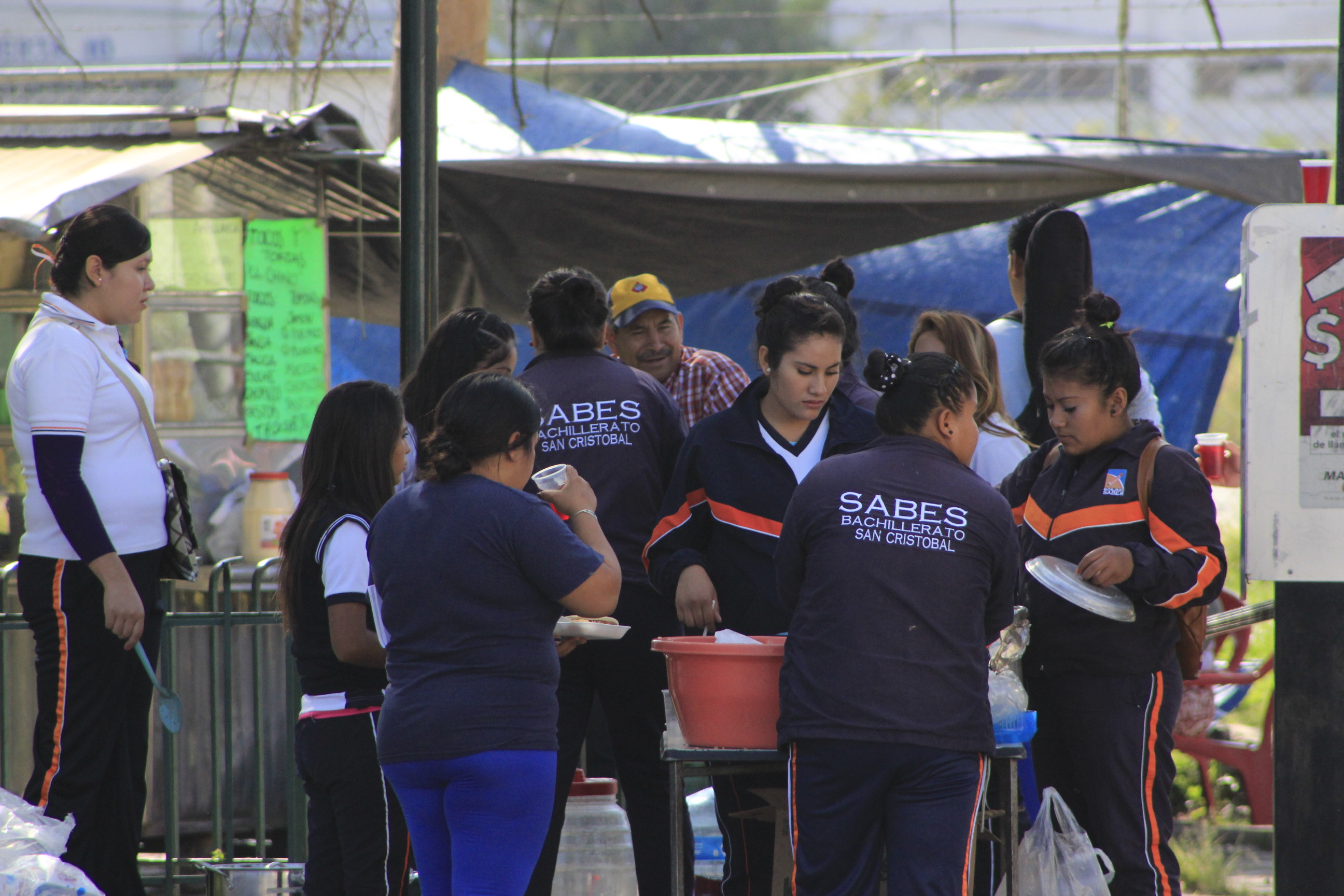 "Photo of Alumnos del bachillerato SABES apoyan a ""enfermos"" del Hospital General"