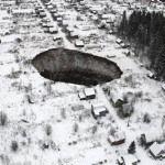«¡Trágame tierra!», tremendo agujero «devora» varias casas