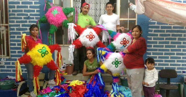 Una de las familias dedicadas a la elaboración de piñatas Foto: Esaú González