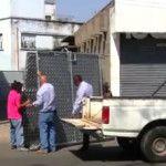 """Vecinos """"cierran el paso a privada de La Chabela""""; autoridades tumban rejas"""