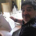 """""""Fidel está muy bien, me mandó esta carta"""": Maradona"""