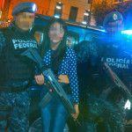 Policías posan para la foto y prestan armas