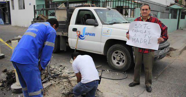 Photo of Ciudadano expresa su molestia en la calle