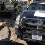 Polis no respetan el alto y se impactan contra un auto