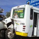 Torton se estampa contra camión de pasajeros; 5 lesionados