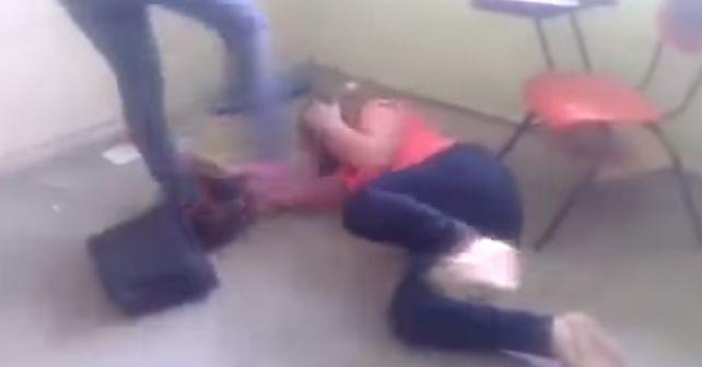 maestra golpeada